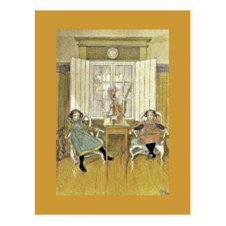 Hermanas que se sientan en sillas postal