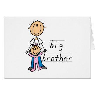 Hermano mayor con las camisetas y los regalos de tarjeta de felicitación
