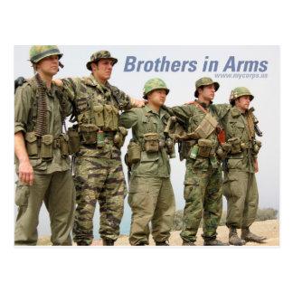 Hermanos en postal de los brazos