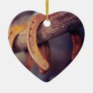 Herraduras en el país de madera del vaquero del adorno navideño de cerámica en forma de corazón