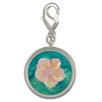 Hibisco coralino en encanto de la pulsera del agua