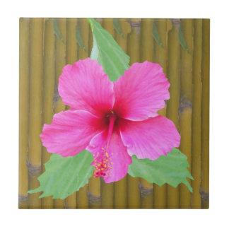 Hibisco rosado en bambú azulejo cuadrado pequeño