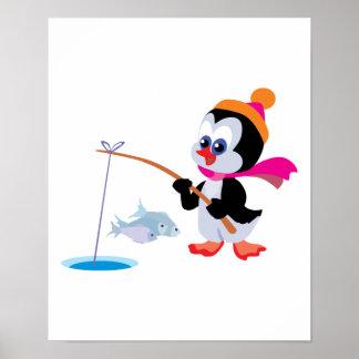 hielo lindo que pesca el pequeño pingüino posters