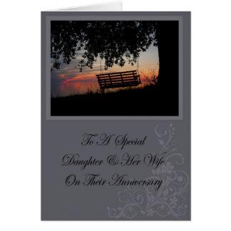 Hija y su tarjeta del aniversario de la esposa