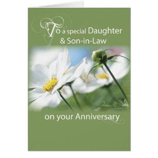 Hija y yerno, flores blancas del aniversario tarjeta de felicitación