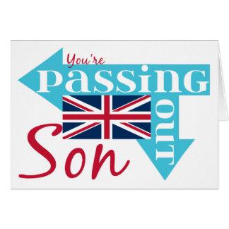 Hijo de la enhorabuena que pasa hacia fuera a tarjeta de felicitación