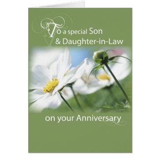 Hijo y nuera, flores blancas del aniversario tarjeta de felicitación