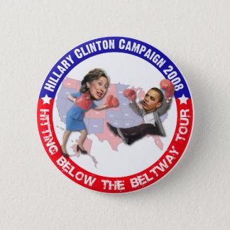 Hillary que golpea debajo del botón del cinturón