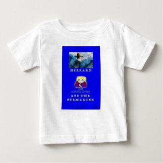 Hillary y la camiseta submarina del bebé de la