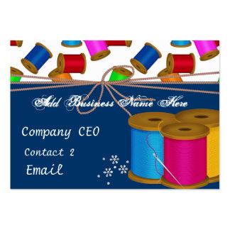 Hilos y tarjeta de visita coloridos de las agujas