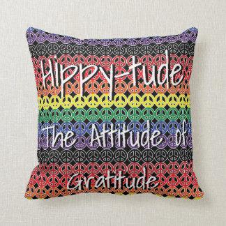 Hippytude con los signos de la paz de la formación cojín decorativo