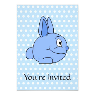 Historieta azul divertida del conejo invitaciones personalizada
