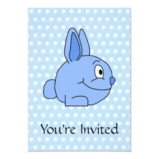 Historieta azul divertida del conejo invitación 12,7 x 17,8 cm