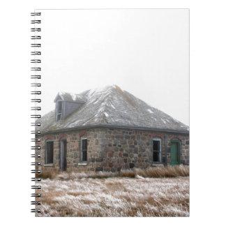 Hogar de piedra abandonado en las praderas cuaderno