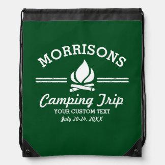 Hoguera de la acampada del campamento de verano mochilas