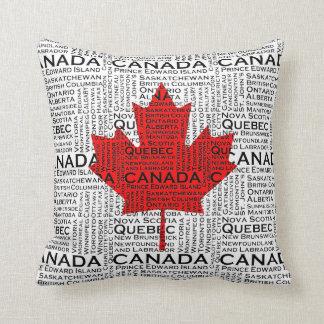Hoja canadiense con el fondo de la ciudad y de los cojín decorativo