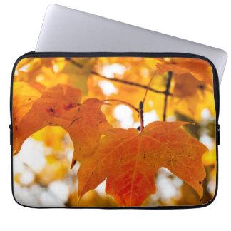 Hoja de arce del color del otoño funda para ordenador
