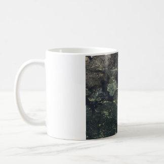 Hoja de arce en agua taza de café