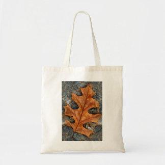 Hoja del roble del otoño en la bolsa de asas del