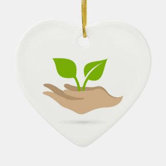 Hoja en manos adorno navideño de cerámica en forma de corazón