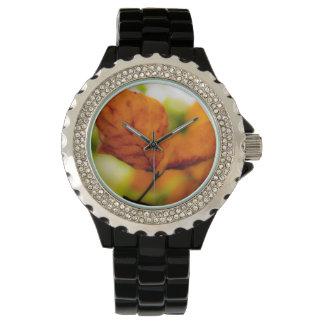 Hojas de otoño anaranjadas reloj