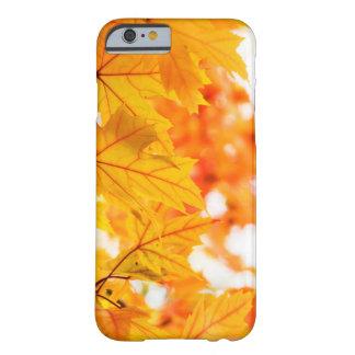 Hojas de otoño calientes y vibrantes funda barely there iPhone 6