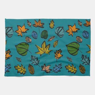 Hojas de otoño en la toalla de cocina