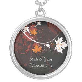 Hojas de otoño que casan el collar