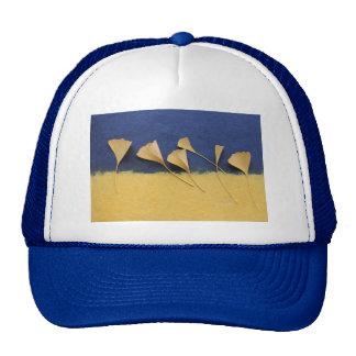 hojas del ginkgo en el gorra del papel hecho a man