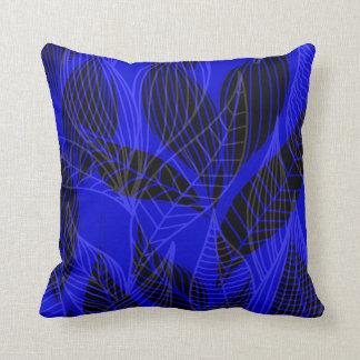 Hojas modernas por el cobalto de Cheryl Daniels el Cojín Decorativo