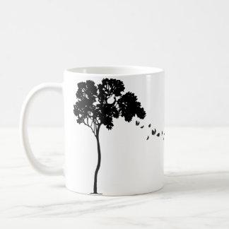 Hojas que caen apagado una taza del árbol