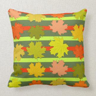 Hojas que caen en otoño cojín decorativo