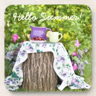 Hola té y ciruelos del verano en el jardín