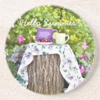 Hola té y ciruelos del verano en el jardín portavasos