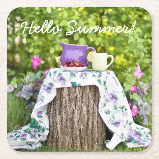 Hola té y ciruelos del verano en el jardín posavasos de papel cuadrado