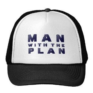 Hombre con el diseño azul del texto del plan gorro de camionero