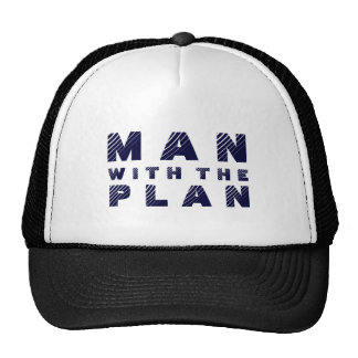 Hombre con el diseño azul del texto del plan gorras
