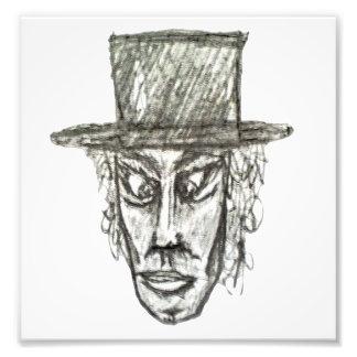 Hombre con el ejemplo del dibujo de lápiz de la foto