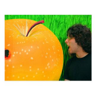 Hombre con la fruta gigante postal