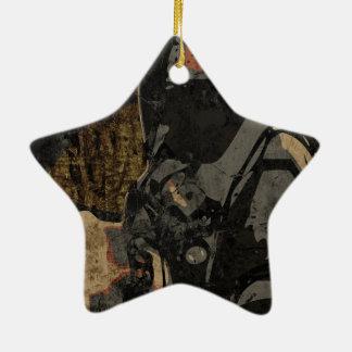 Hombre con la máscara protectora en la placa de adorno navideño de cerámica en forma de estrella