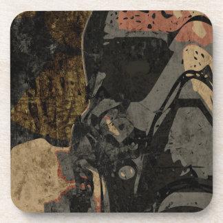 Hombre con la máscara protectora en la placa de posavasos
