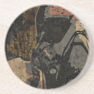 Hombre con la máscara protectora en la placa de posavasos de arenisca