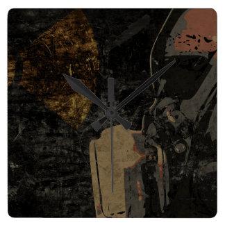 Hombre con la máscara protectora en la placa de reloj cuadrado