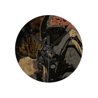 Hombre con la máscara protectora en la placa de reloj redondo mediano