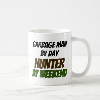 Hombre de basura del cazador del día por fin de taza de café
