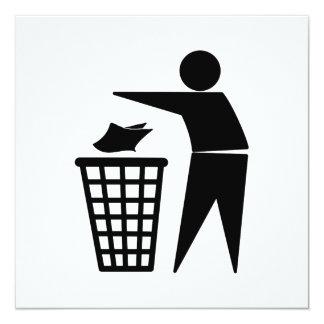 Hombre de la basura que descarga la basura de invitación 13,3 cm x 13,3cm