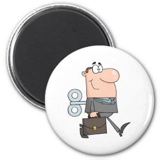 Hombre de negocios con llave de la conclusión en e imán redondo 5 cm