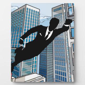 Hombre de negocios del super héroe placa expositora