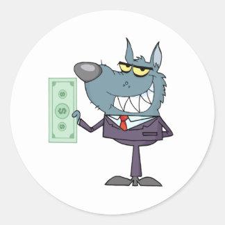 Hombre de negocios sonreído del lobo que sostiene pegatina redonda