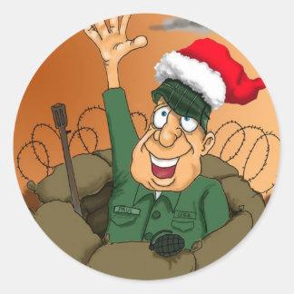 Hombre del ejército que agita con el gorra de pegatina redonda
